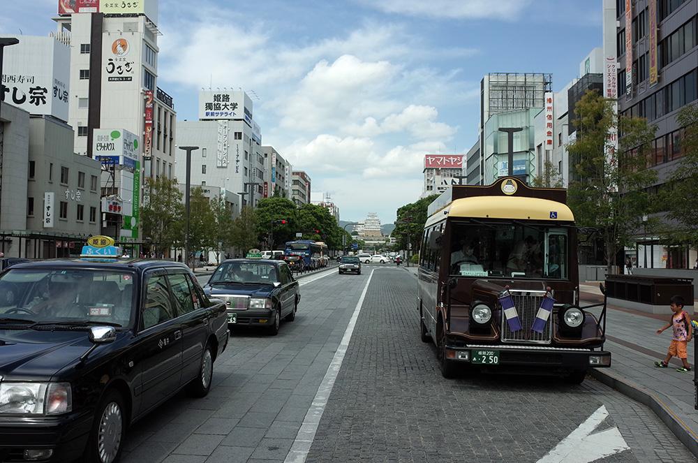 姫路駅前、姫路城を望む
